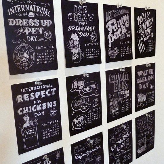 黒板モチーフのカレンダー。