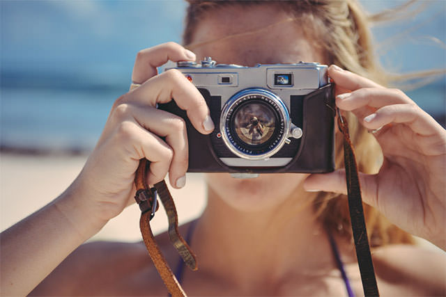 Blond-Girl-Taking-Photo-With-Retro-Camera-In-The-Sun1