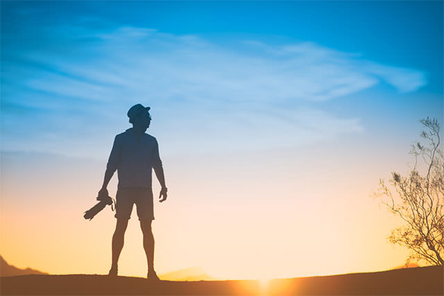 silhouette-Of-Man-With-Camera-And-Big-Lens-At-Sunset-2